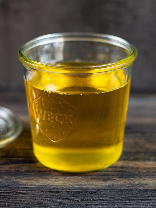 flüssiges Butterschmalz nach dem Abfüllen