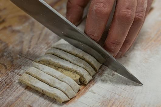 glutenfreie Pasta schneiden