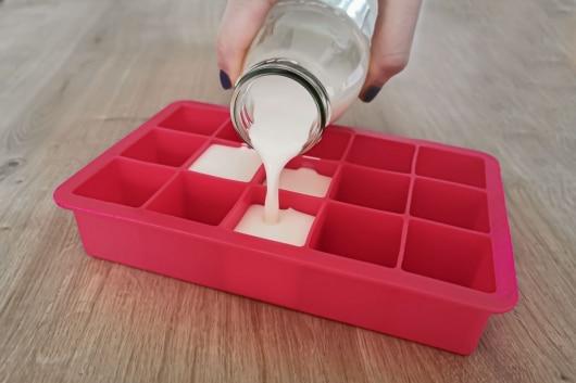Sahne in Eiswürfelbehälter einfrieren