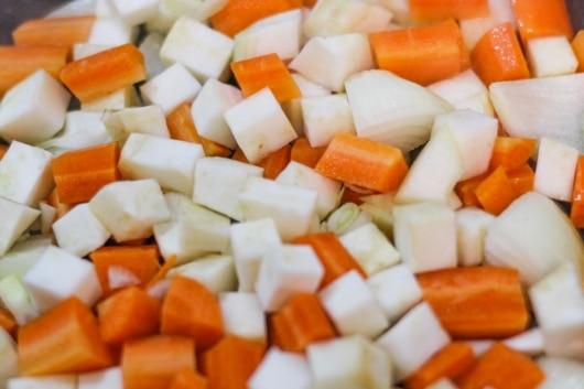 Karotten, Sellerie und Zwiebeln anbraten