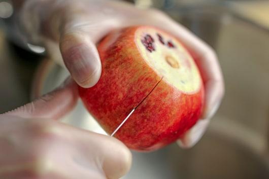 Granatapfel aufschneiden