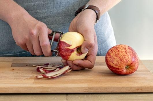 Äpfel für den Rotkohlsalat schälen
