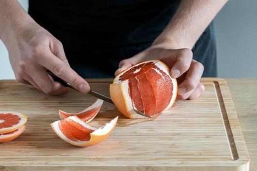 Schale von der Grapefruit abschneiden