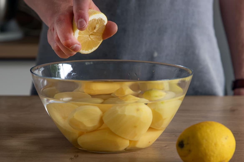 Kartoffeln mit Zitronensaft begießen
