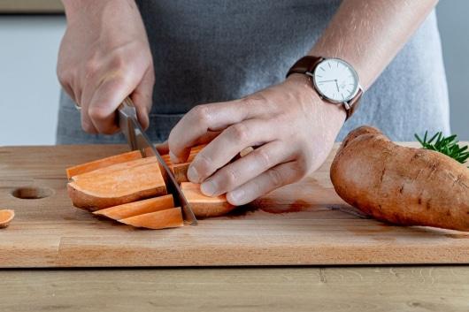 Süßkartoffel in Spalten schneiden