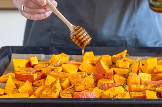 Kürbis mit Honig beträufeln