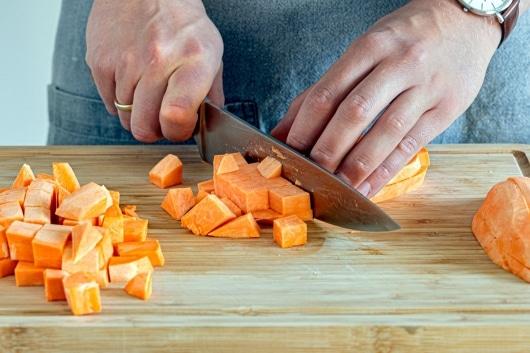 Süßkartoffel in Würfel schneiden