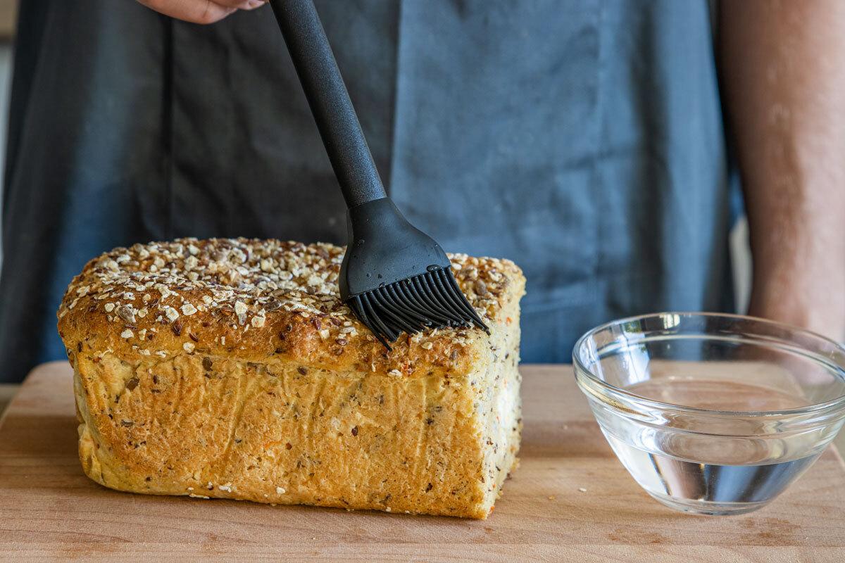 Brot mit Wasser bepinseln