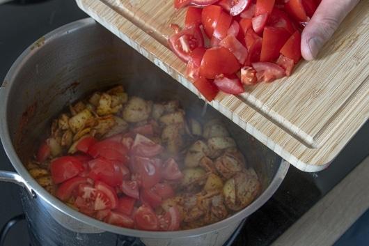 Tomaten zum Curry geben