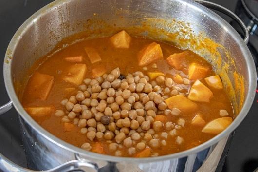 Kichererbsen zum Curry geben