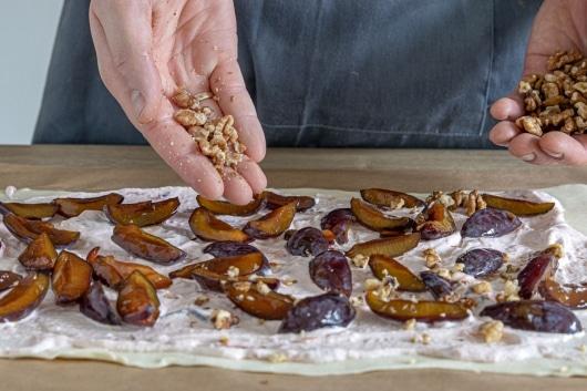 Nüsse auf dem Strudelteig verteilen