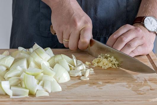 Knoblauch und Zwiebeln schneiden