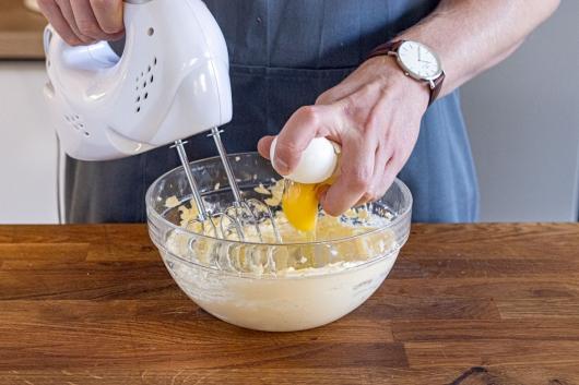 Butter und Ei aufschlagen