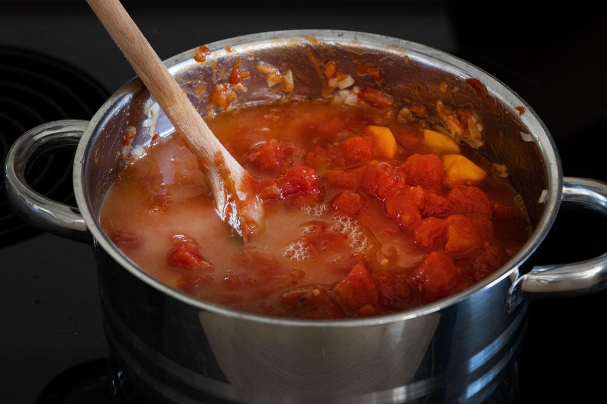 Tomaten zum Kürbis geben