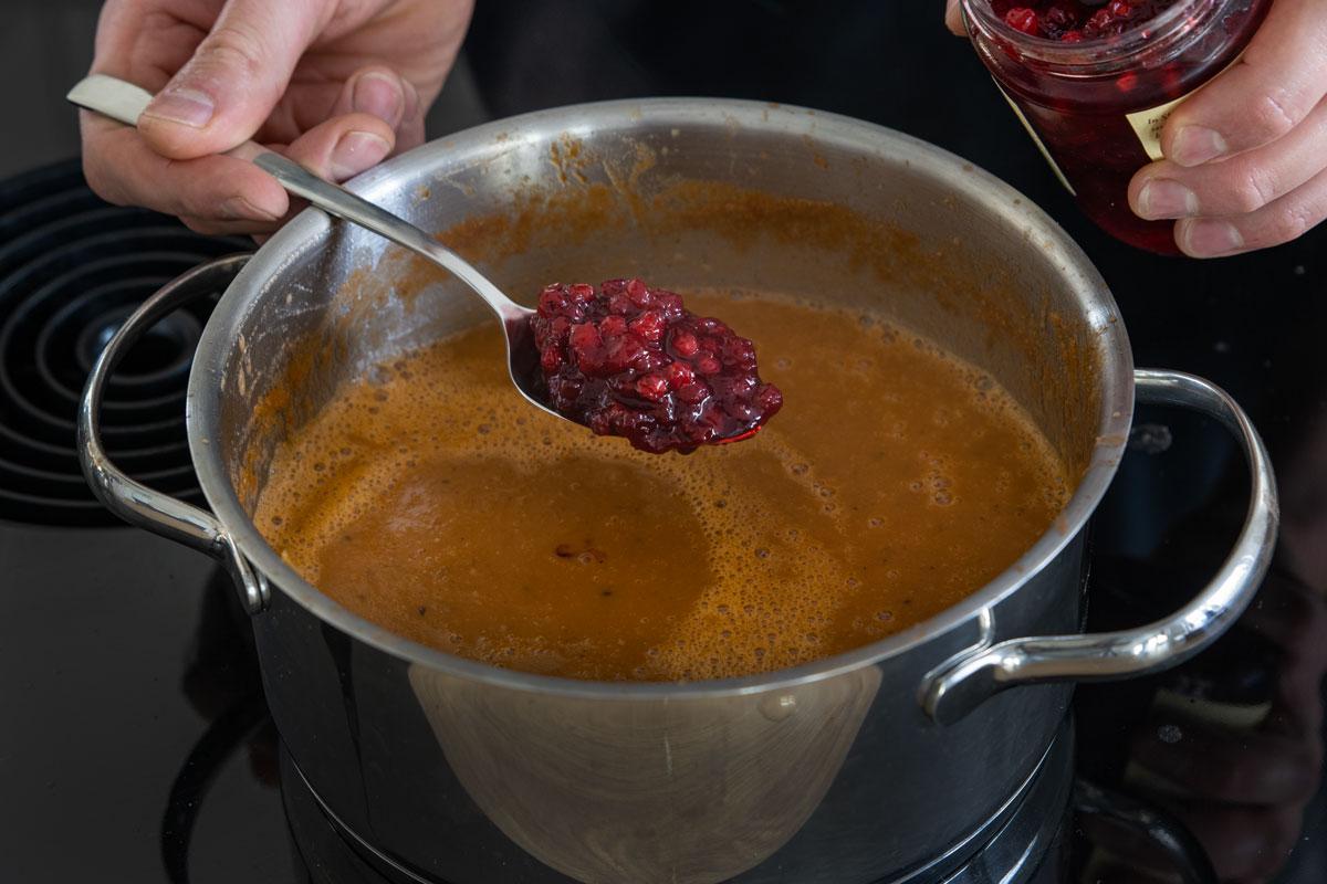 Preiselbeermarmelade zur Soße geben
