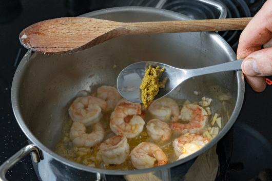Currypaste zum Garnelencurry geben