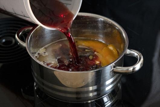 Rotwein in den Topf gießen