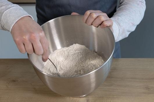 Mehl mit Salz vermengen