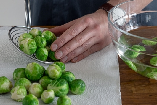 Rosenkohl auf Küchenpapier abtropfen