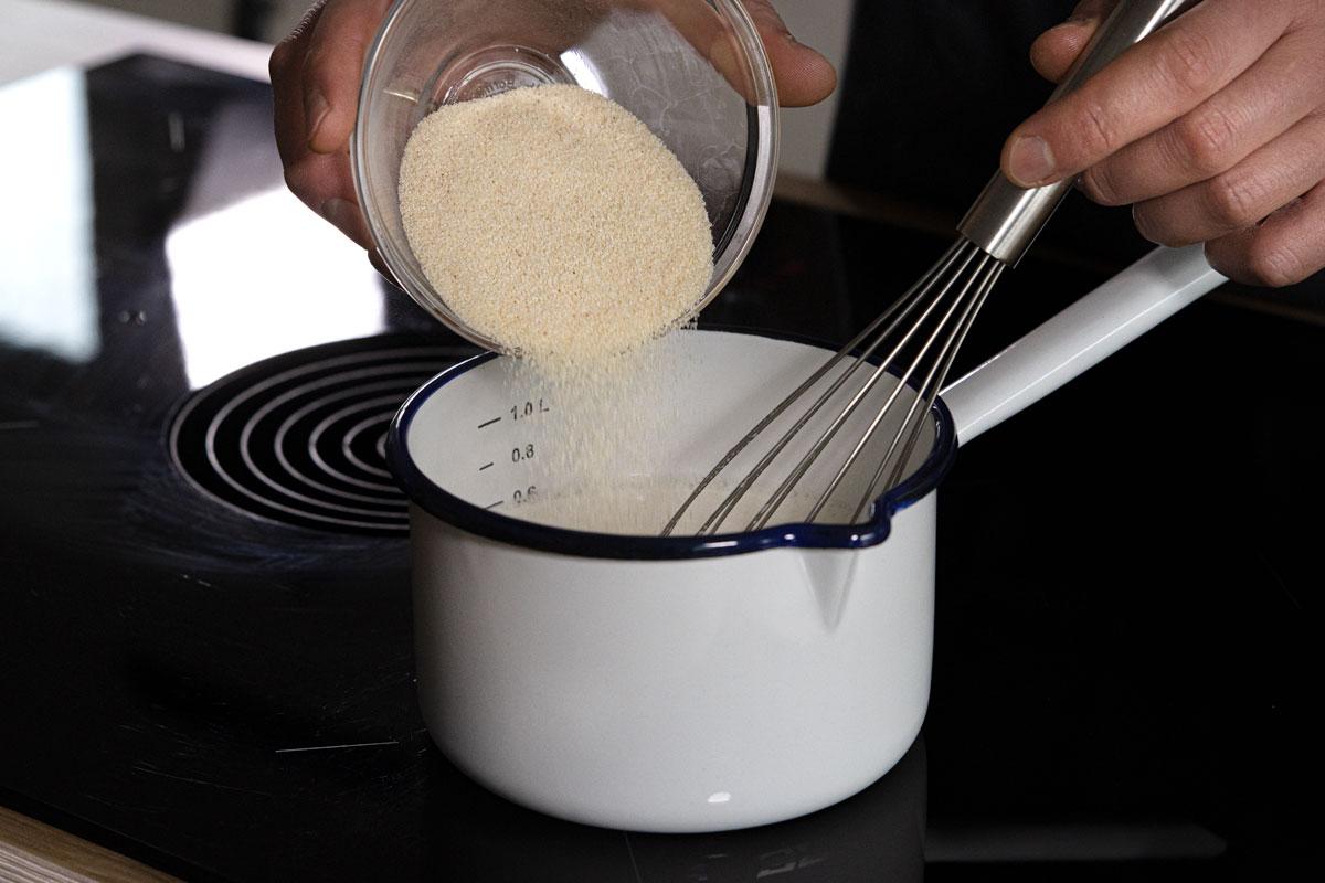 Grieß in heiße Milch rühren