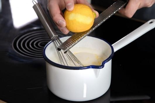 Zitronenschale zum Grießbrei reiben