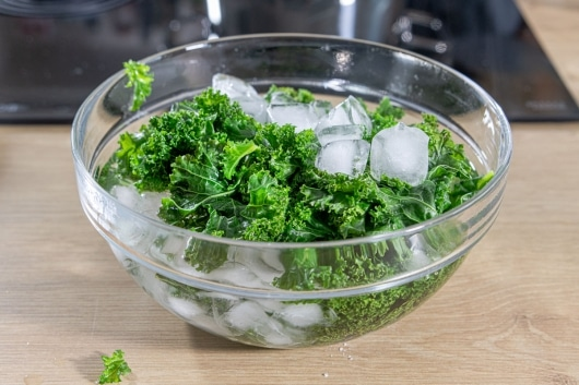 Grünkohl nach dem Blanchieren in Eiswasser geben