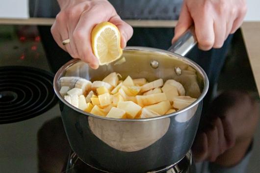 Zitronensaft zum Obst geben