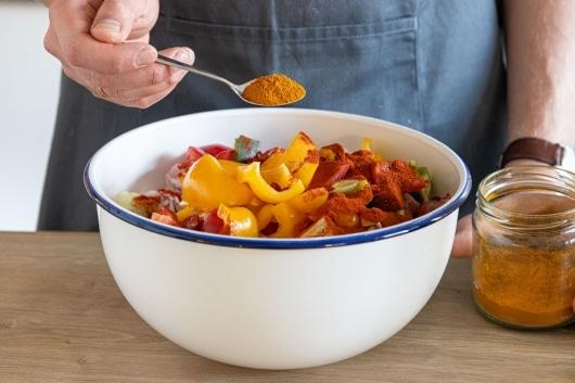 Currypulver in die Schüssel