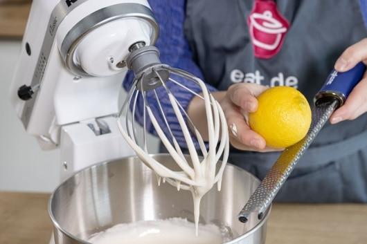 Zitronenabrieb hinzugeben