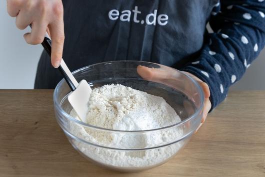 Mehl und Backpulver verrühren