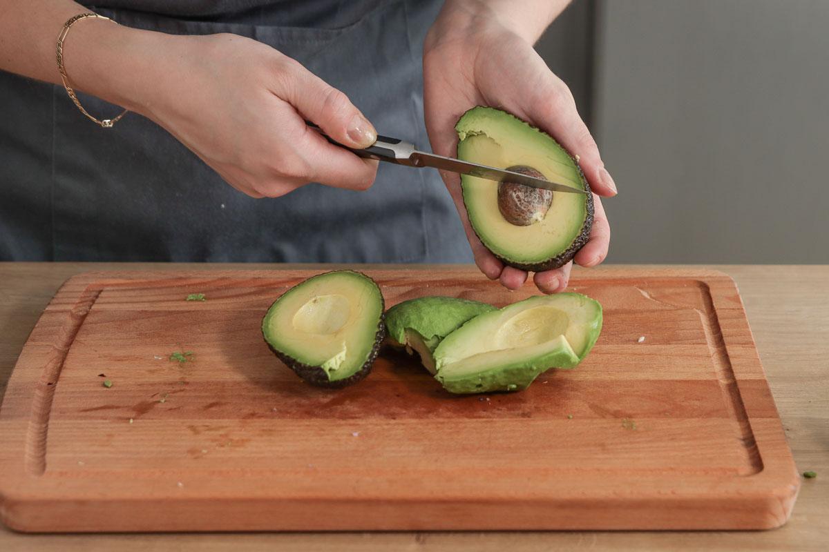 Avocado entkernen