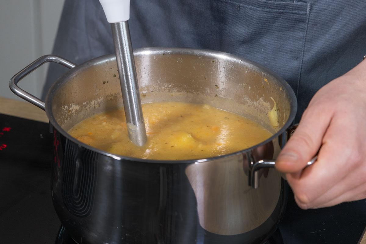Kartoffelsuppe pürieren