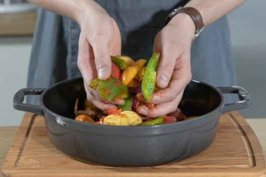 Gemüse mit Gewürzen mischen