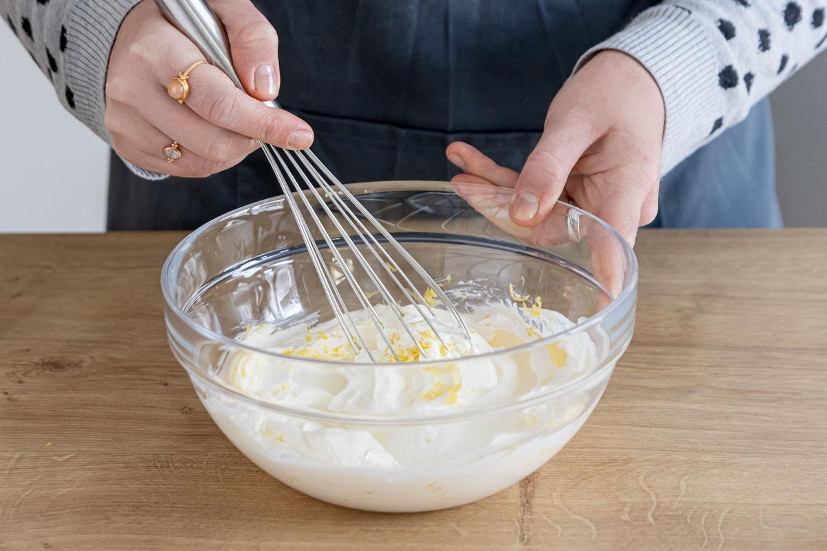 Schmandcreme mit Zitronenschale verrühren