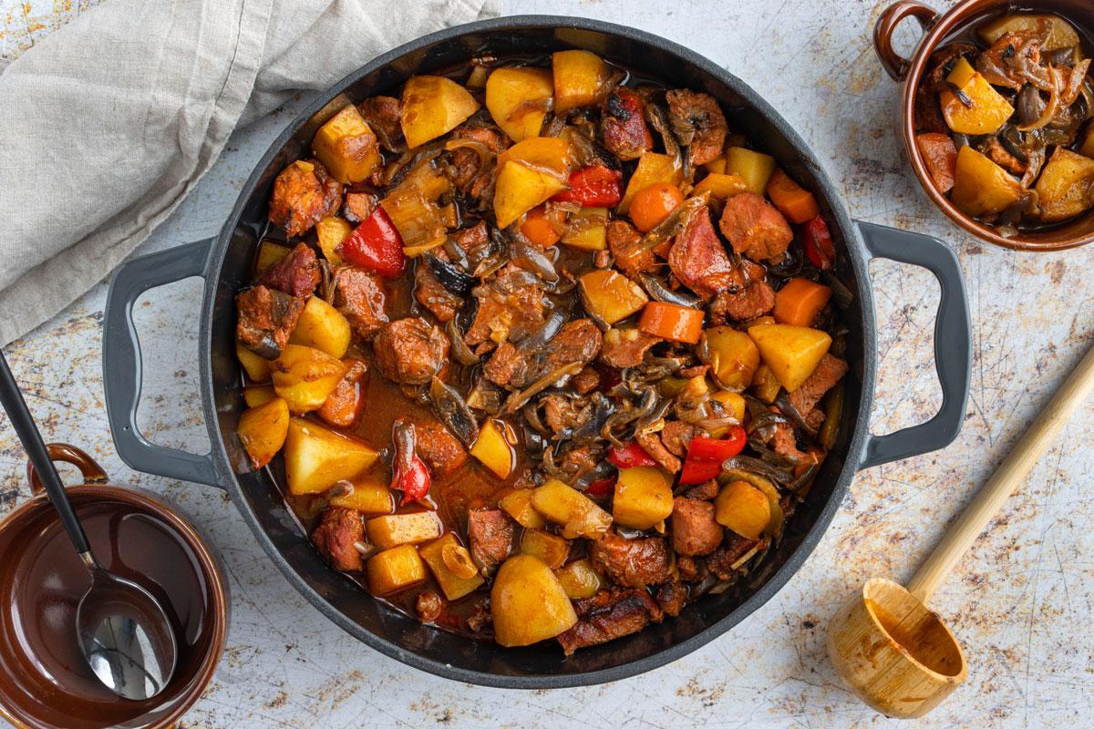 Ofengulasch mit Kartoffeln