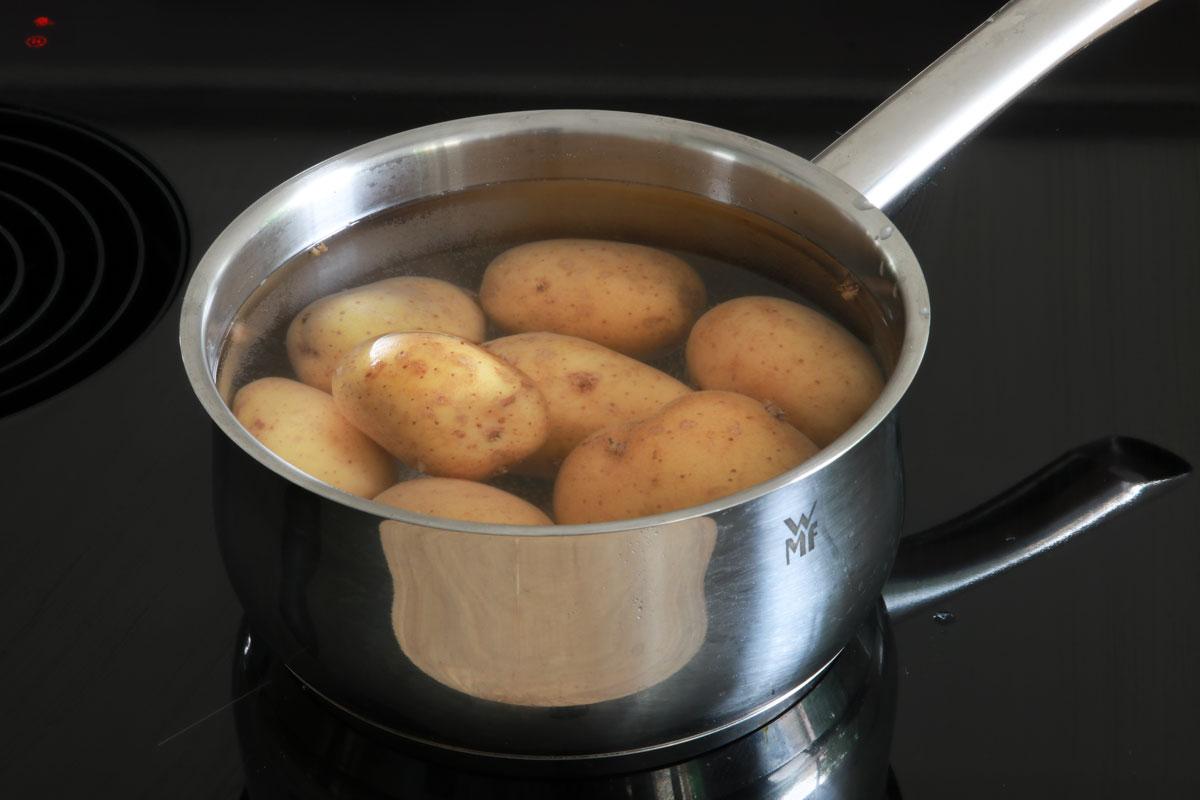 Kartoffeln in Wasser kochen