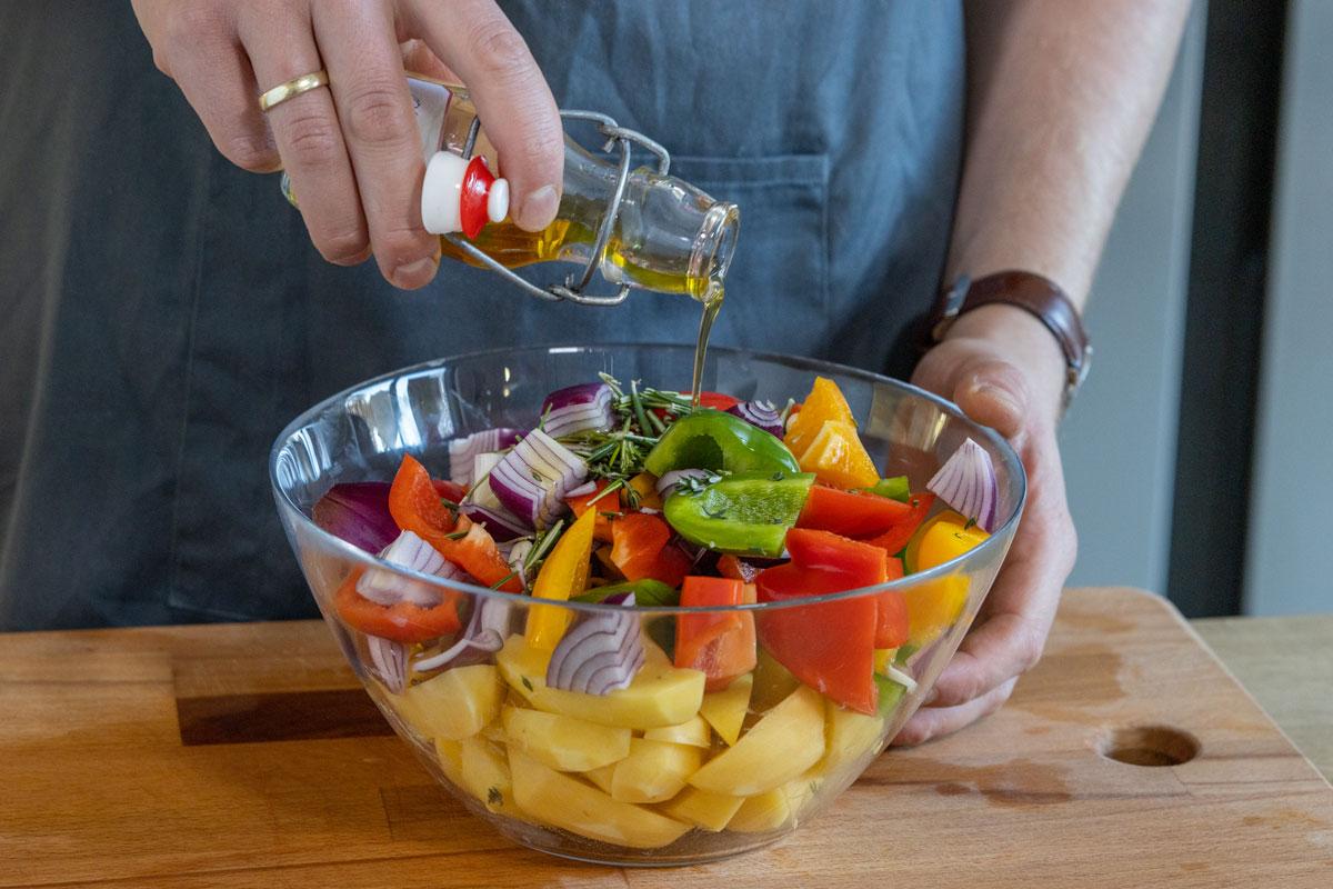 Öl über Gemüse geben