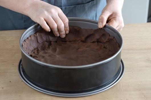 Teig für Russischen Zupfkuchen in die Form drücken