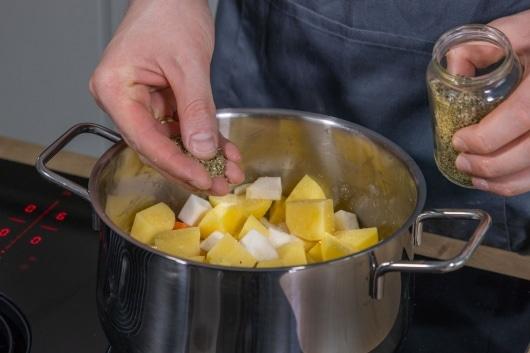 Sächsische Kartoffelsuppe mit Majoran würzen