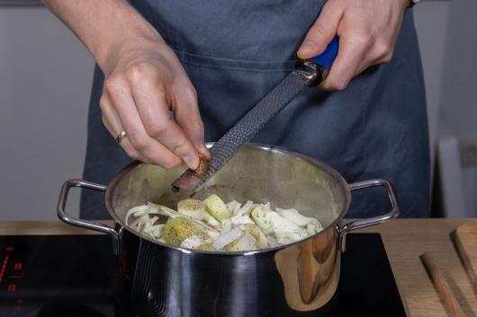 Spitzkohlsuppe mit Muskat würzen