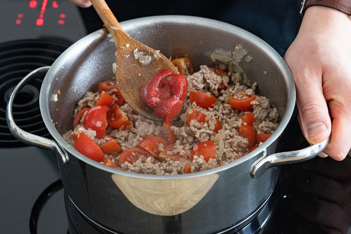 Tomaten mit Hackfleisch anbraten