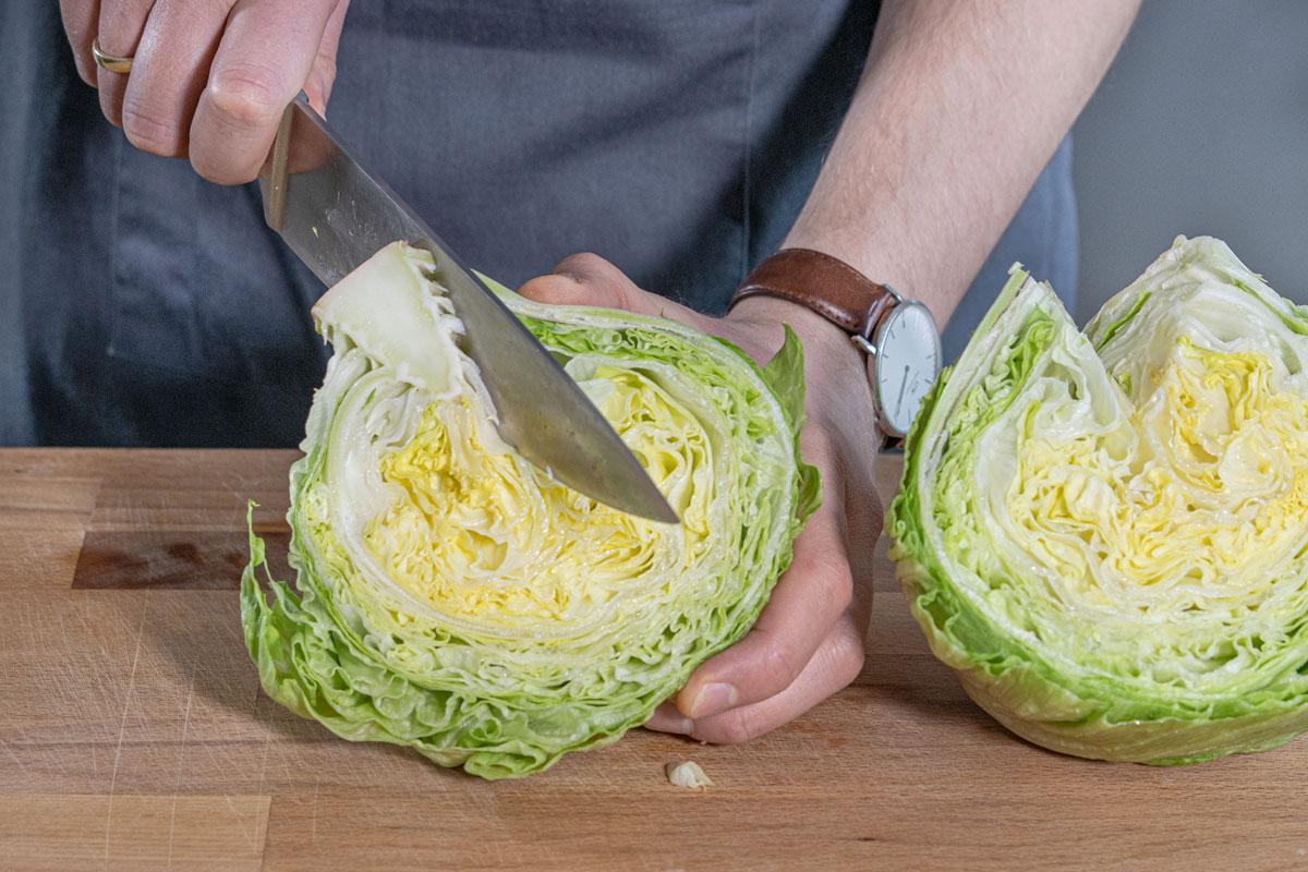 Strunk vom Salat herausschneiden