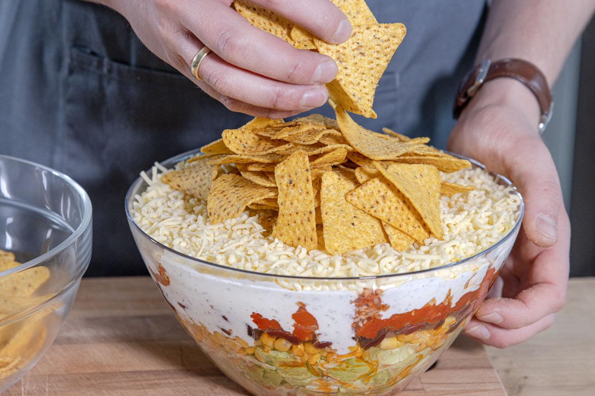 Tortilla Chips auf den Salat geben