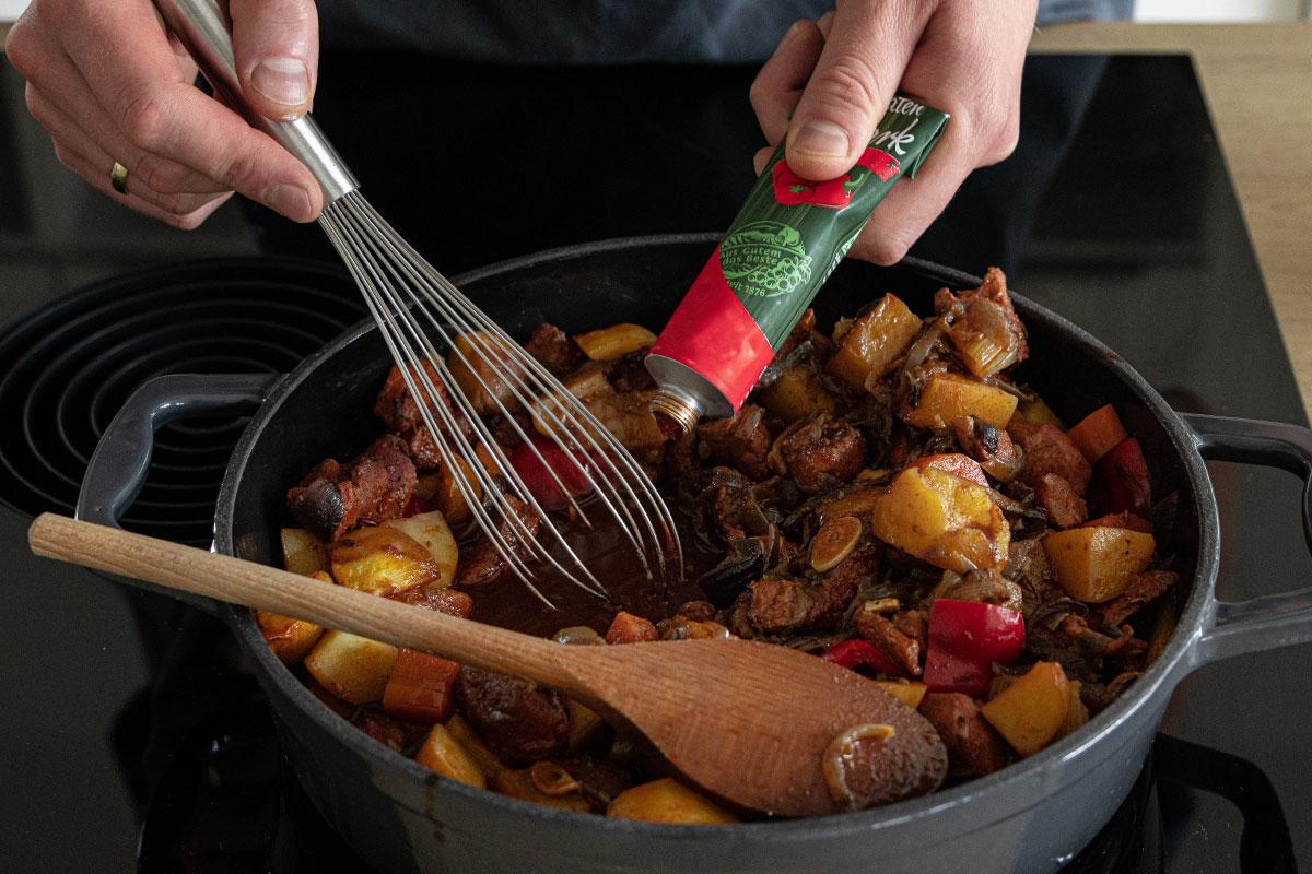 Gulasch-Soße andicken mit Tomatenmark