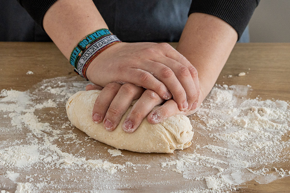 Pizzateig per Hand kneten