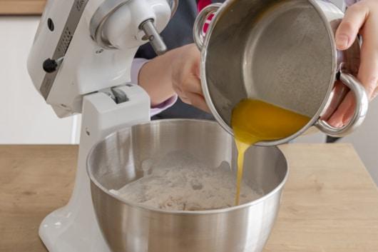 Butter zum Teig geben