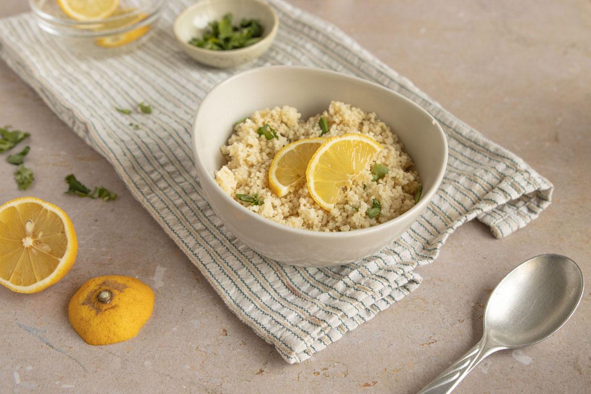 Couscous mit frischen Kräutern und Zitrone