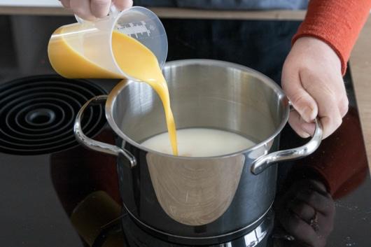 Eierlikör zur Milch geben