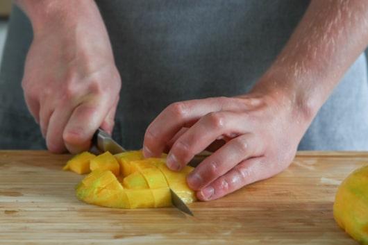 Mango klein schneiden