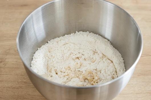 Mehl mit Hefe vermischen